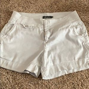Level 99 linen shorts with great detail